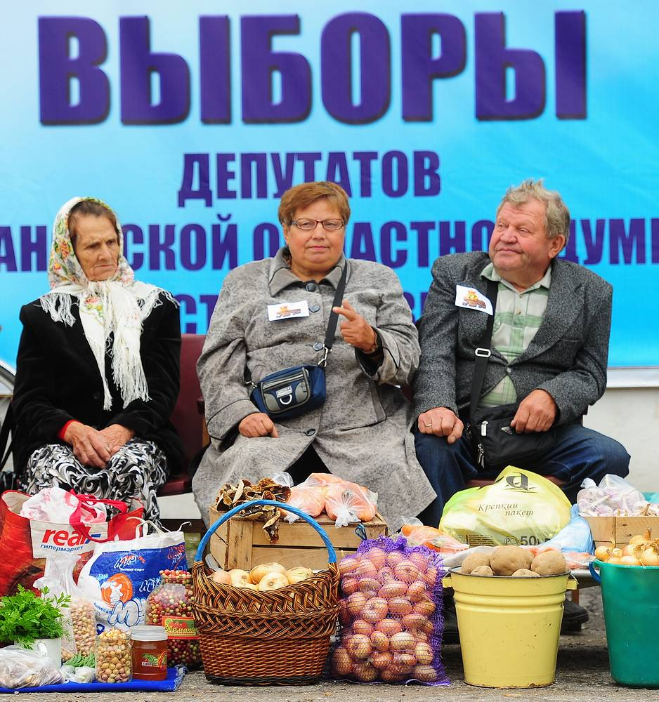 Vendor booth at the Onion Festival in Lukh village of Ivanovo region. August 24, 2013.
