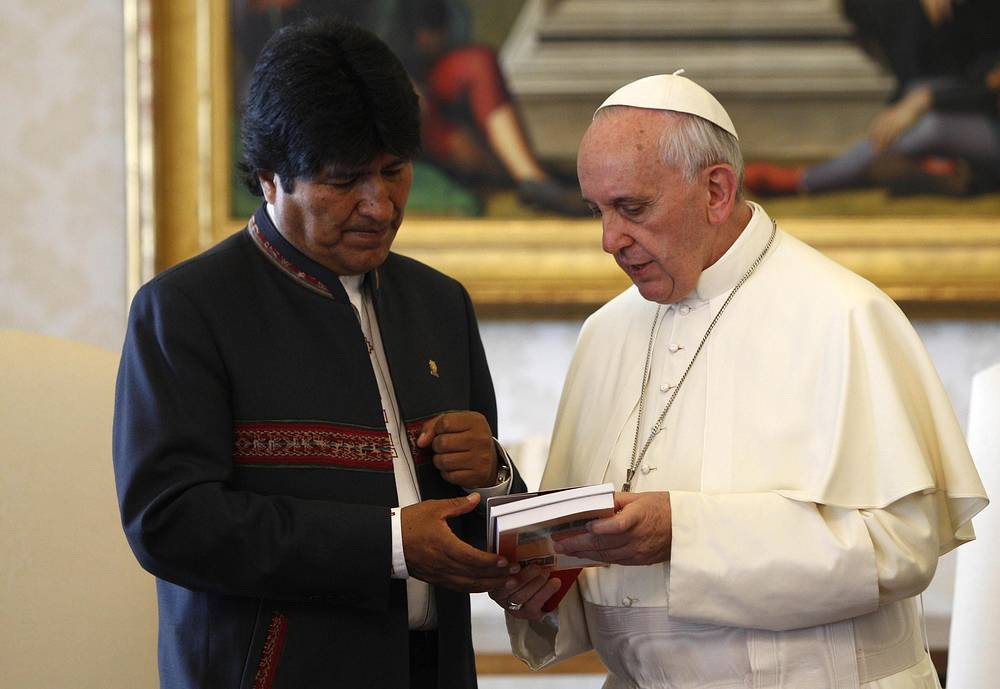 Bolivian President Evo Morales exchanges gifts with Pope Francis