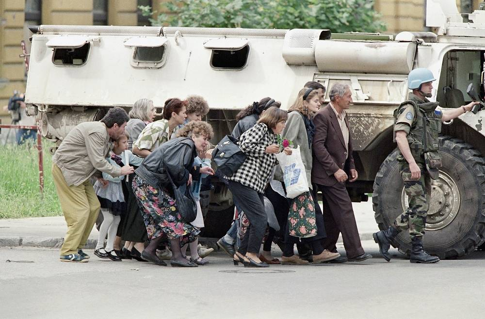 NATO's first operation in Bosnia and Herzegovina in 1994-1995. Citizens are hiding behind a peacekeeper in Sarajevo in 1995