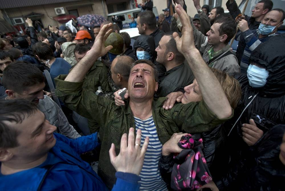 On Sunday, May 4, more than a thousand people in Odessa blocked the office of the Interior Ministry's city department demanding to release federalization supporters that had been detained May 2. Capture: release of part of the detained protesters