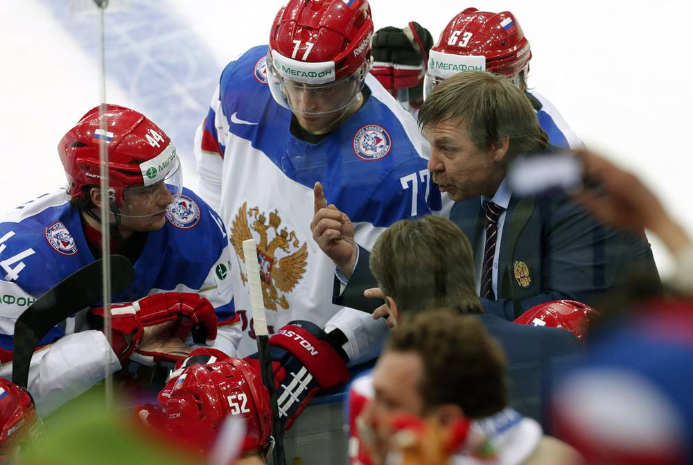 Russia's head coach Oleg Znarok (R) talks to players during the Ice Hockey World Championship 2014 match between USA and Russia