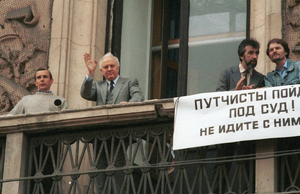 Eduard Shevardnadze makes a speech in support of democracy in Moscow, 1991