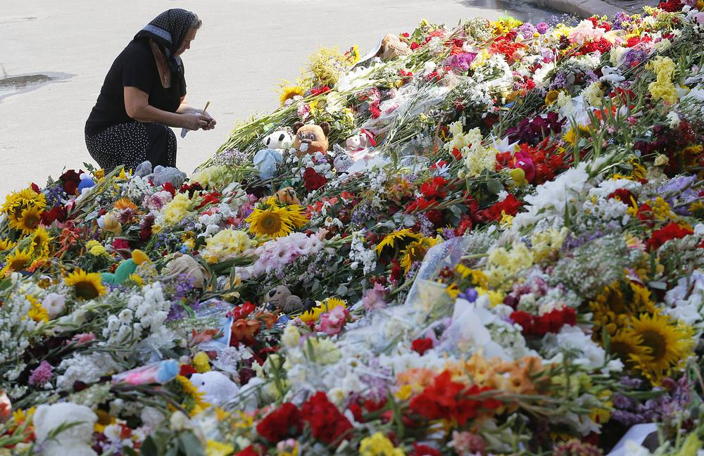 All the 298 passengers and crew members died in the crash. Photo: people lay flowers to the Dutch embassy in Kiev