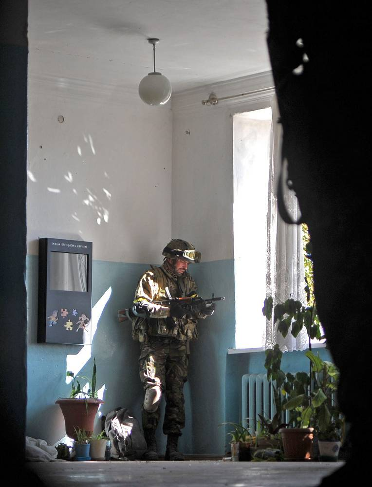 On Tuesday, a Ukrainian military grouping was encircled by the militias near the town of Ilovaisk near Donetsk. Photo: Ukrainian soldier seen in the town of Ilovaisk