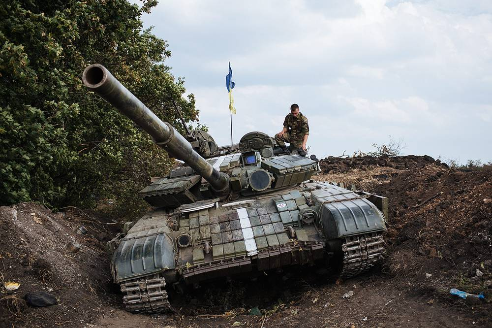 Thousands of soldiers and hundreds of military hardware units of the Ukrainian governmaent forces were blocked. Photo: a Ukrainian tank in eastern Ukraine