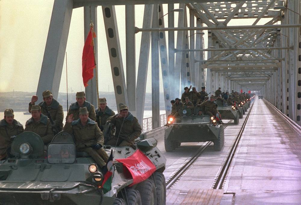 Withdrawal of Soviet troops from Afghanistan, 1989. A column of an airborne unit is crossing the border