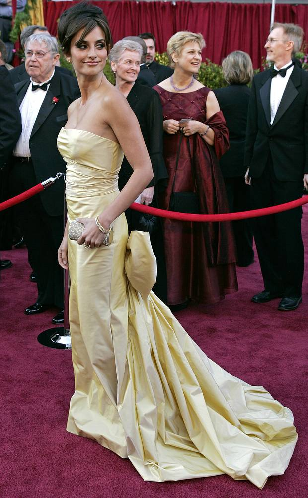 Photo: Penelope Cruz, in Oscar de la Renta, arrives for the 77th annual Academy Awards at the Kodak Theatre in Los Angeles, February 27, 2005