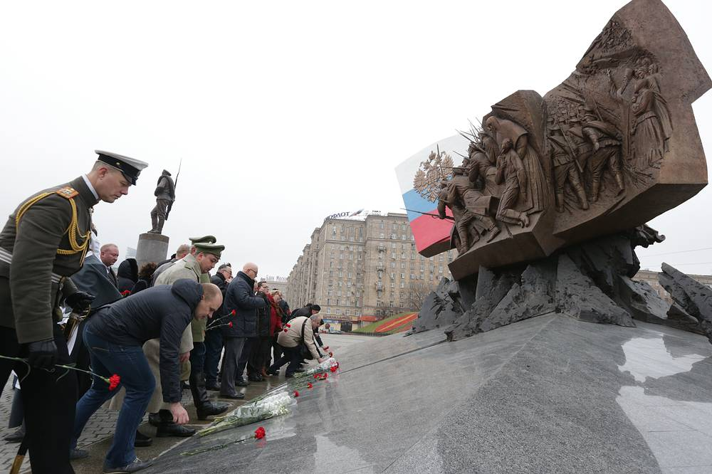 Photo: Flower-laying ceremony at the monument to the heroes of the World War I at Poklonnaya Hill in Moscow