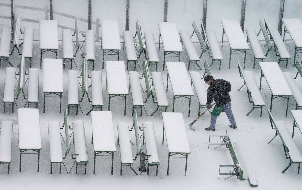 Photo: Outdoor area of a restaurant in Bayerisch Eisenstein after first snow fell in some parts of Germany's central highlands, 22 October 2014