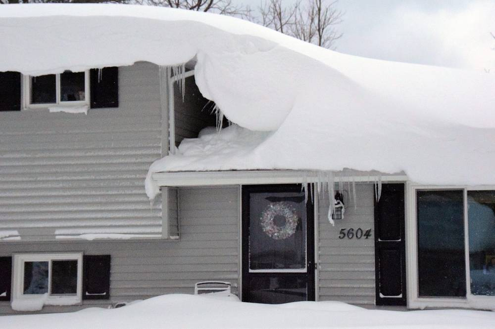 Snowdrifts cover a house south of Buffalo, a day after a winter storm that dumped a reported1.5 meters of lake-effect snow on the area in Hamburg, New York, USA, 20 November 2014
