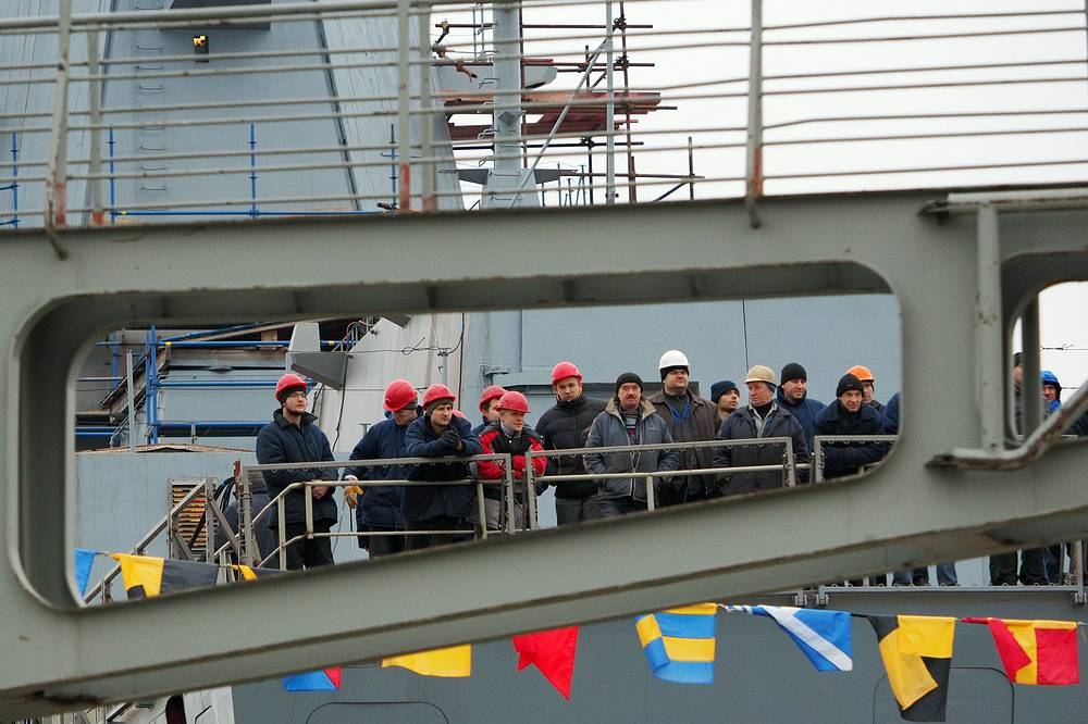 Project 22350 frigates displace 4.5 thousand tons and can speed at 29 knots (53.7 kph). Photo: Workers on board of Admiral Kasatonov frigate