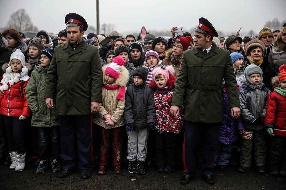 New Year tree is one hundred years old. Photo: Local residents with children looking at the fir tree which will stand in the Moscow Kremlin's Cathedral Square this New Year and Christmas