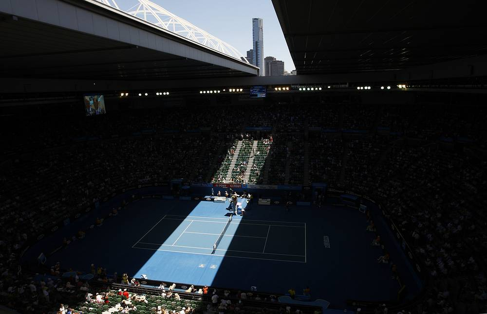 Photo: The roof on Rod Laver Arena closes due to high temperatures during the Women's singles quarterfinal match at the Australian Open tennis tournament in 2009