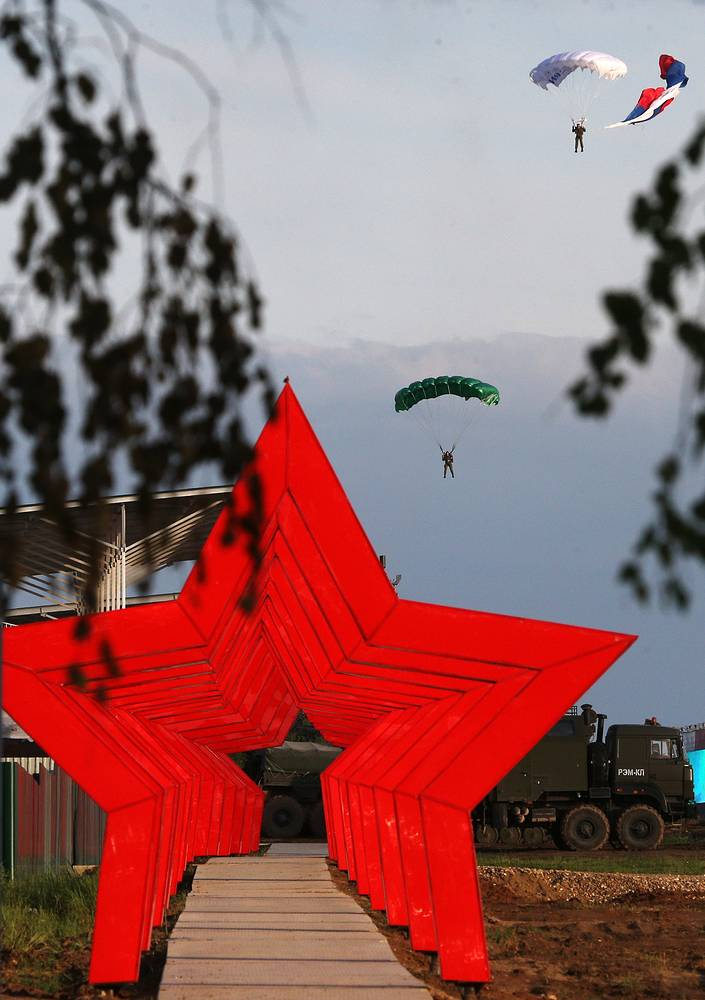 Paratroopers performing at the Army-2015 forum