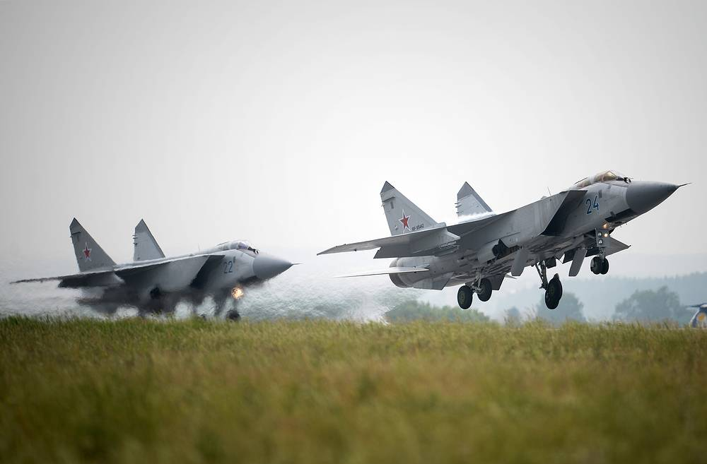 MiG-31 has a maximum speed of 3000 km/h and can fly on the altitudes of up to 20 kilometers. A group of four MiG-31 interceptors is able to control an area of air space across a total length of 800–900 km