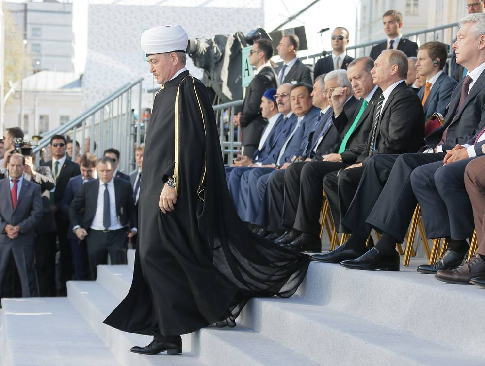 The opening ceremony was attended by Turkish President Recep Tayyip Erdogan, Palestinian leader Mahmoud Abbas, Kazakhstan's President Nursultan Nazarbayev, Chechen leader Ramzan Kadyrov and the head of Tatarstan Republic, Rustam Minnikhanov. Photo: Ravil Gainutdin, the chairman of the Council of Russia's Muftis (front)