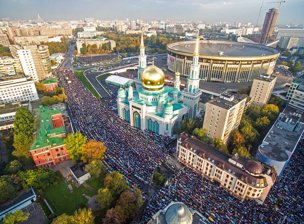 In Moscow, the service was held in three places: Old Mosque, the Memorial and the Cathedral Mosques. Photo: Moscow Cathedral Mosque during Eid al-Adha