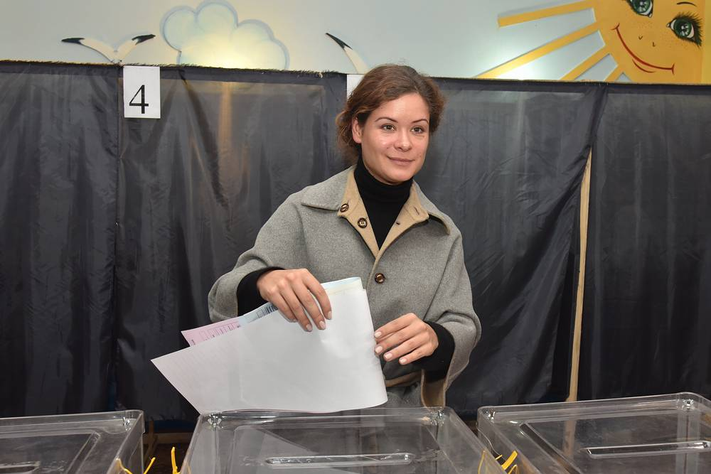Odessa region deputy governor Maria Gaidar casting her ballot at a polling station