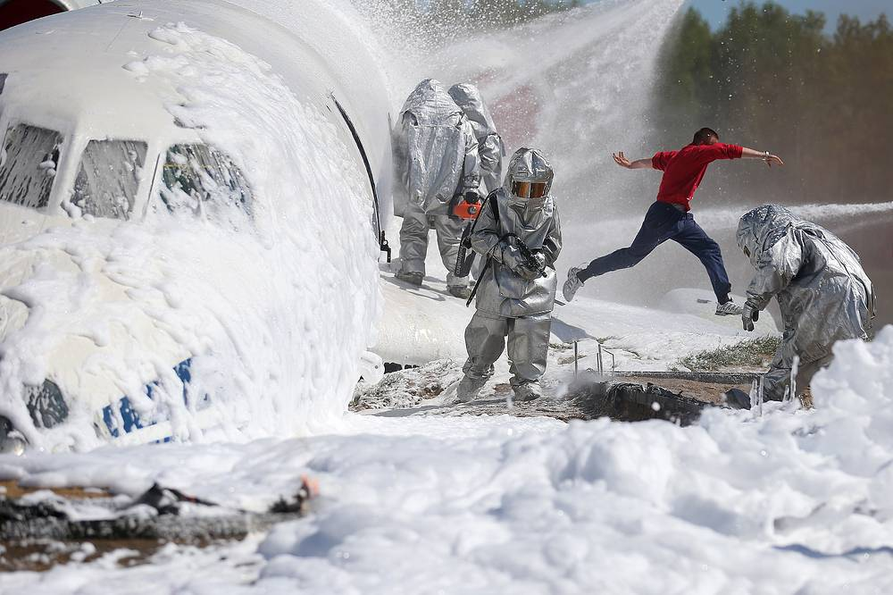 Rescue workers of the Russian emergency situations ministry participate in demonstration field training exercises at a range in Moscow region, May 20, 2015