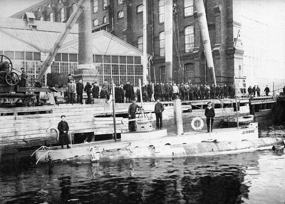"""Delfin submarine. Delfin (Russian: """"Dolphin"""") was the first combat-capable Russian submarine, commissioned in 1903 and decommissioned in 1917, having served during World War I. The submarine was powered by one gasoline/electric motor. The ship was crewed by 22 men"""