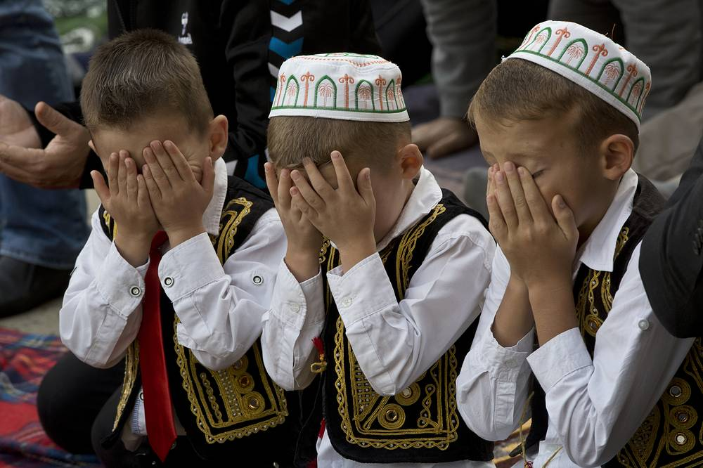 Kosovar children pray during Eid al-Adha outside Sultan Mehmet Fatih mosque in Pristina, September 12