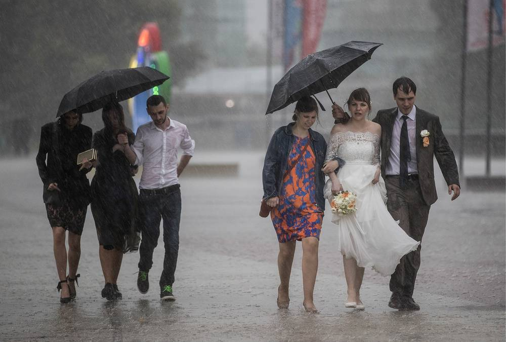 Newly-weds seen during a storm in Moscow