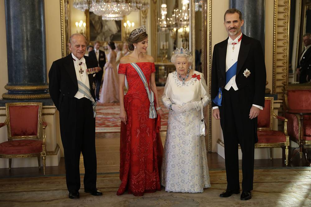 Britain's Queen Elizabeth II, Prince Philip, Spain's King Felipe and Queen Letizia pose for a group photograph before a State Banquet at Buckingham Palace in London, UK, July 12