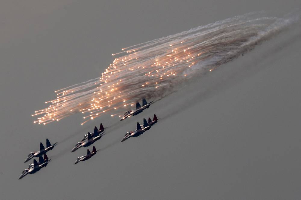 Sukhoi Su-30SM fighter jets of the Russian Knights aerobatic team and Mikoyan MiG-29 fighter aircraft of the Swifts aerobatic team fly over Moscow