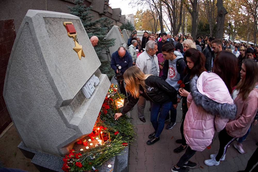On October 17, a student went on a shooting rampage, detonated a bomb at the Kerch Polytechnic College in Crimea, and later committed suicide. Photo: Flowers and lit candles left by mourners in Sevastopol