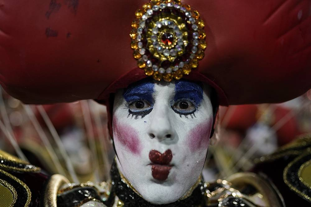 A performer from the Viradouro samba school