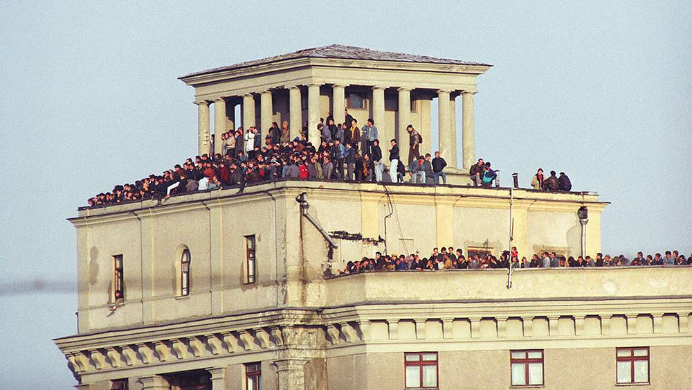 Muscovites witnessing White House assault from nearby roofs. Photo ITAR-TASS/ Roman Denisov
