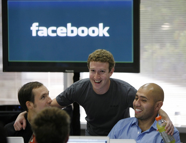 In 2004 Facebook moved its headquarters to Palo Alto, California. Photo: Mark Zuckerberg (center) at the headquarters