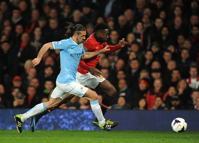 Manchester United's Danny Welbeck (R) vies for the ball with Manchester City's Martin Demichelis