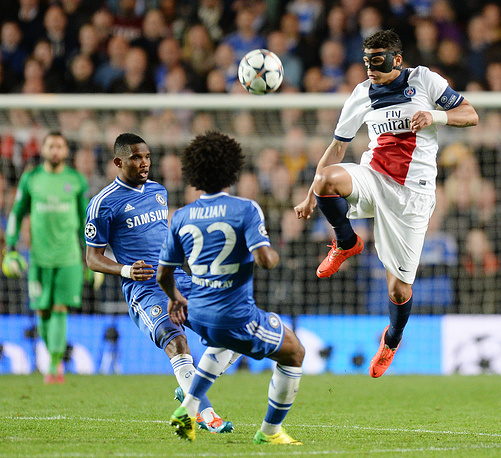 Thiago Silva (R) vies for the ball with Chelsea's Samuel Eto'o