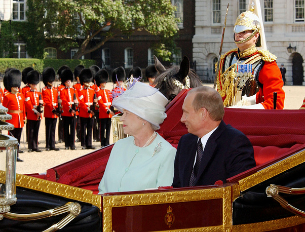 Russian President Vladimir Putin (R) and Queen Elizabeth II pictured heading for the Buckingham Palace in a carriage in 2003