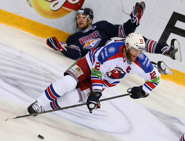 Prague's Jiri Novotny (front) and Metallurg's Yevgeny Timkin in action