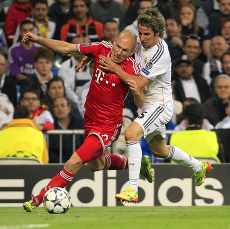 Real Madrid's Fabio Coentrao (R) and Bayern Munich's Arjen Robben