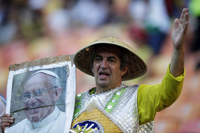 This Italian supporter brought a plackard picturing Pope Francis to the stadium
