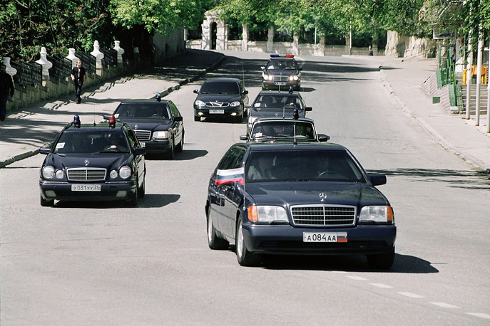Russia's first president Boris Yeltsin changed to an armoured ZIL-4105 when he became president in 1991. Later he changed it to a Mercedes S500 Pullman Guard (W140)