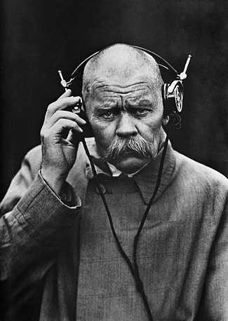 Writer Maxim Gorky at the radio lab in Nizhny Novgorod, 1928