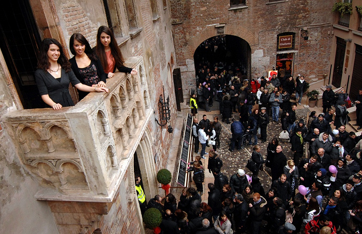 There is a mailbox in the courtyard of Juliet's house in Verona for the fans of Shakespeare, as well as tourists who want to leave a romantic message