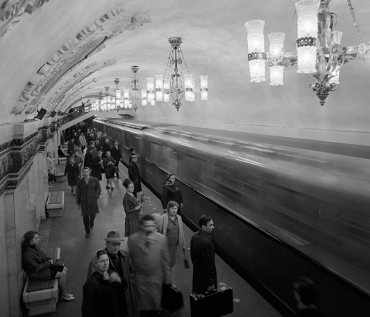 Old metro stations are very imperial style with their reflective marble walls, high ceilings and grandiose chandeliers . Photo: Kiyevskaya Metro station, 1971