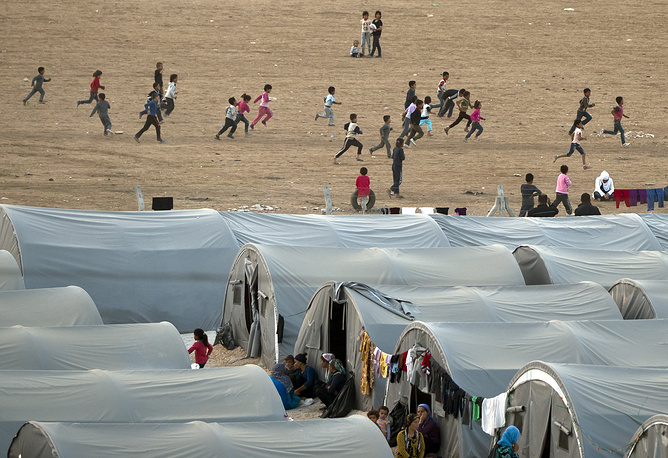 Most citizens (over 200,000 people) fled across the border into Turkey