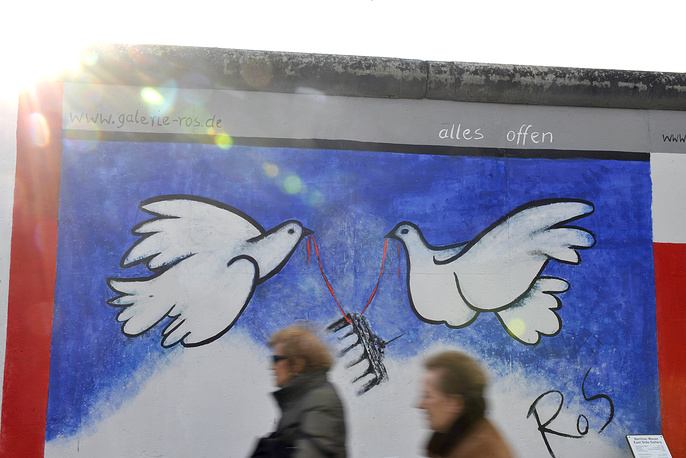 Photo: A painting on a segment of the reopened East Side Gallery in Berlin, Germany