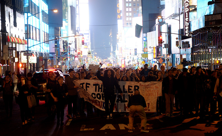 Photo: Protesters march in the middle of Seventh Avenue, New York, USA, 24 November 2014