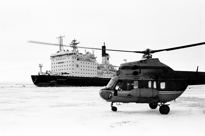 The fleet consists of four icebreakers and four service ships. Photo: Nuclear icebreaker Taimyr and Mi-2 helicopter