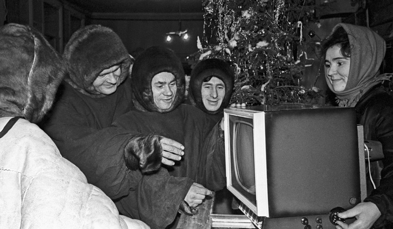 People buy TV set ahead of New Year, 1963