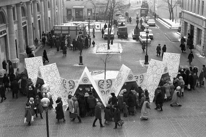 Sale on Arbat street ahead of New Year, Moscow, 1985