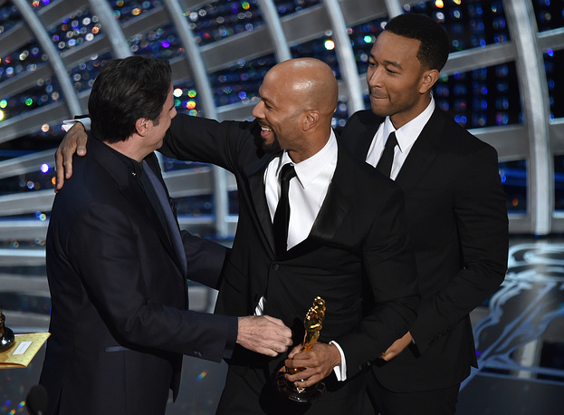 """""""Glory"""" from """"Selma"""" won the award for best original song. Photo: John Travolta presenting Common and John Legend with the award"""