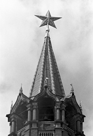 In 1935 a red star instead of a two-headed eagle was installed on top of the Spasskaya Tower by the Soviet government. Photo: Top of the Spasskaya Tower, 1957